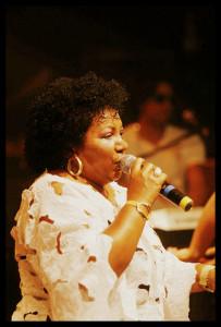 A cantora Neide Vital trará para Lençóis toda a energia da música afro-brasileira.