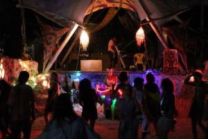 Participação colaborativa. Mais de 40 voluntários trabalham para erguer as estruturas do festival e depois curtir o evento. Foto: Voodoohop
