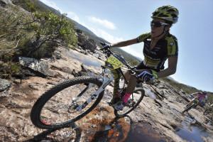 Sonya Looney e Nina Baum liderando a prova. Foto: Igor Schifris / Brasil Ride