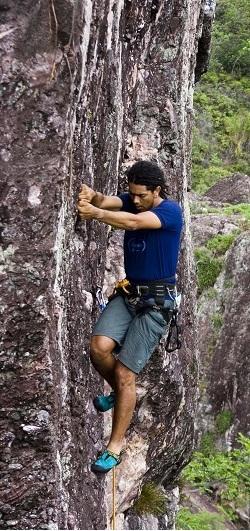 O paulista Eric Pinheiro pratica escalada esportiva no Parque da Muritiba, em Lençóis