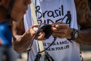 Limpeza de lentes. Foto: Fabio Piva / Brasil Ride.