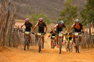 Equipe Trek Factory Racing pedalou junto durante toda a etapa. Foto: Sportgraf