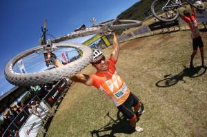 Alegria contagiante ao completar a Ultramaratona de MTB. Foto: Sportograf
