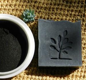 Sabonete de carvão vegetal e copaíba. Foto: Acervo NaturSense