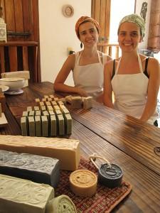 Sílvia e Paula (da esquerda para a direita) no local de trabalho da NaturSense. Foto: Lucas Miranda
