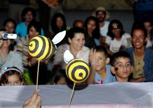 Pesquisadores e estudantes interagem na produção dos materiais educativos. Foto: Acervo Polinfrut