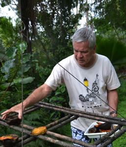 Diariamente, Zé Carlos prepara o comedouro para atrair os pássaros. Foto: Verusa Pinho