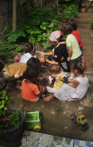 Michele interagindo com as crianças na tradicional quebra  do licuri, coco típico na região. Foto: Verusa Pinho