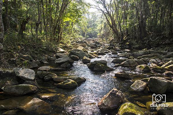 Trecho do rio que leva até a Cachoeira dos Funis. Foto: Caiã Pires | instagram.com/caiapires