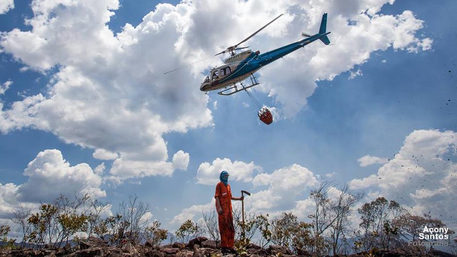 Brigadistas em combate com o auxílio de helicóptero   Foto: Açony Santos