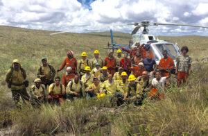 Brigadistas posam ao lado do piloto Adonis Lopes   Foto: Divulgação