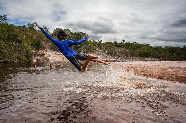 Crianças do Grupo Escoteiro Waldemar Souza Oliveira se divertem no rio Roncador | Foto: Divulgação