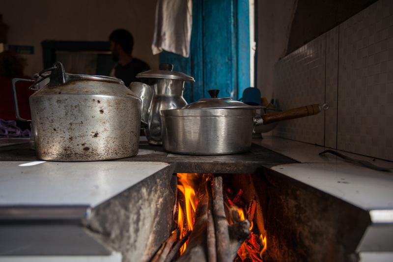 Comida sendo preparada no fogão à lenha. | Foto: Açony Santos