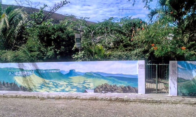 Sede do Parque Nacional da Chapada Diamantina (PNCD). Muro com pintura de Dmitri de Igatu, guia de turismo e artista local. | Foto: Divulgação